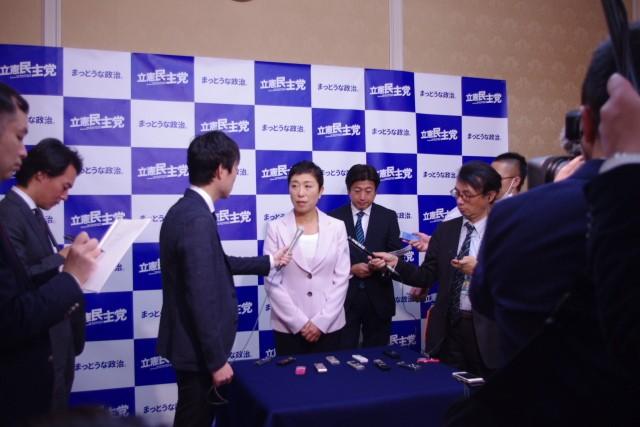 会議後、メディアの取材に応じ、党としての方針を伝えるのも国対院長の重要な役目。