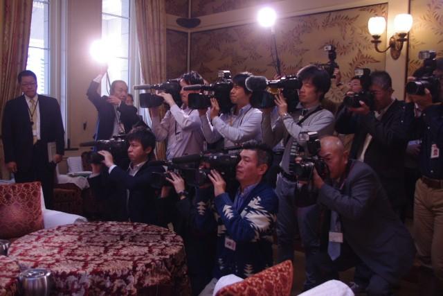 国会の方向性を決める重要な会談に、たくさんのメディアが詰めかける